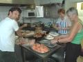 Voorbereidingen in de keuken voor de BBQ