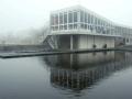 Het RIC-gebouw vanaf het water